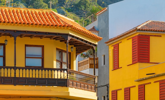 Kleurrijke gebouwen op een smalle straat in de spaanse stad garachico op een zonnige dag, tenerife, canarische eilanden, spanje