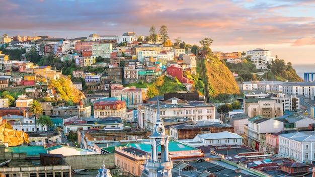Kleurrijke gebouwen van de unesco-werelderfgoedstad valparaiso, chili