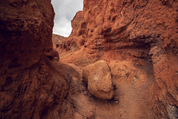 Kleurrijke geërodeerde landvorm van het altai-gebergte