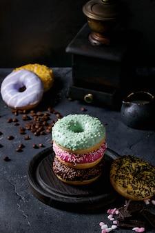 Kleurrijke geglazuurde donuts