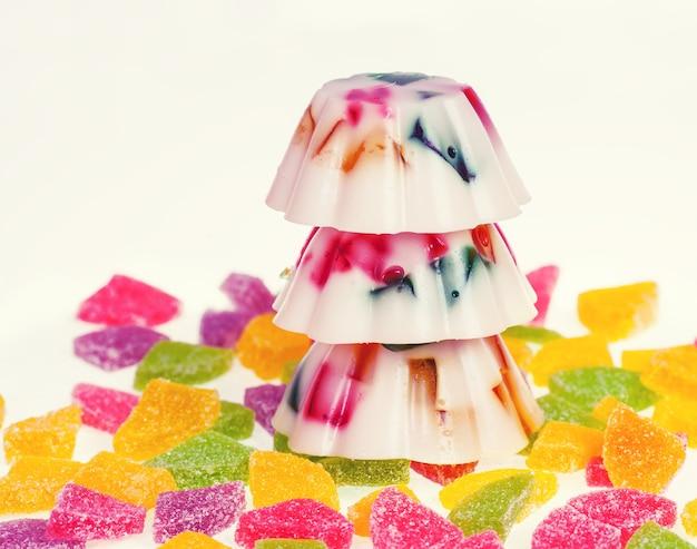 Kleurrijke geleipudding versierd met jujube