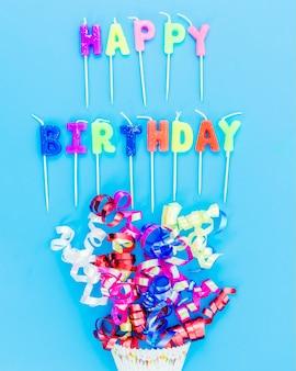 Kleurrijke gelukkige verjaardagskaarsen met wimpel