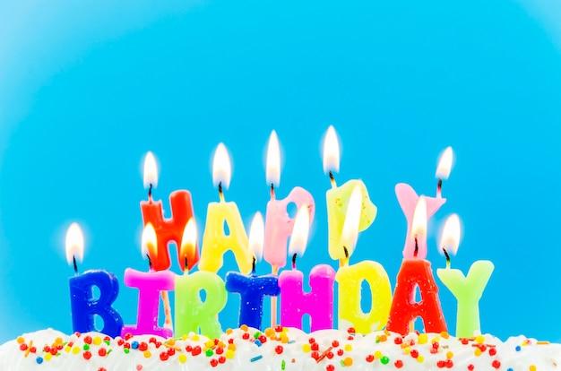 Kleurrijke gelukkige verjaardagskaarsen