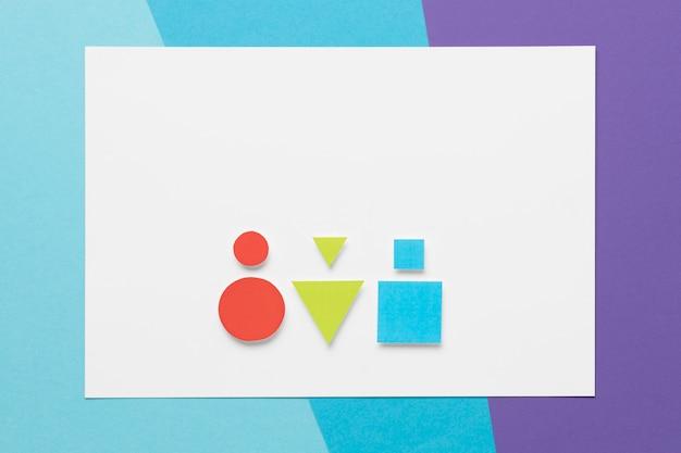 Kleurrijke geometrische vormen op een witte kaart