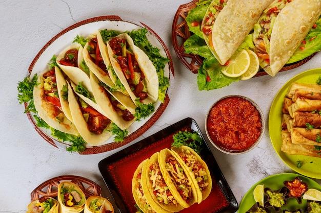 Kleurrijke gerechten van maïstortilla's, tacoschelpen met salsa