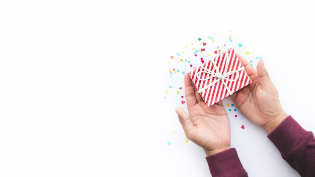 Kleurrijke geschenkdoos op witte achtergrond