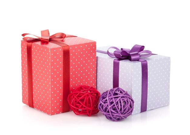 Kleurrijke geschenkdozen met lint en boog en kerstdecor. geïsoleerd op witte achtergrond