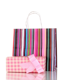 Kleurrijke geschenkzakken met geschenken geïsoleerd op wit