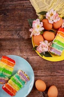 Kleurrijke gesneden cake met bruine eieren voor pasen op houten