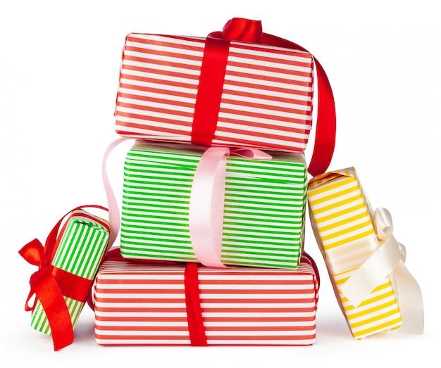 Kleurrijke gestapelde geschenkdozen geïsoleerd op een witte achtergrond