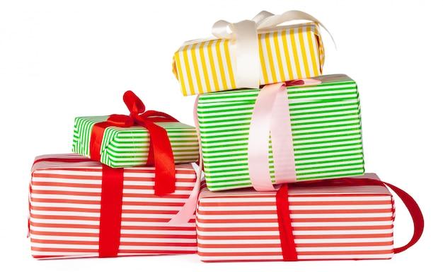 Kleurrijke gestapelde geschenkdozen geïsoleerd op wit