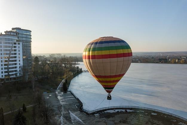 Kleurrijke gestreepte lucht baloon in stadspark.