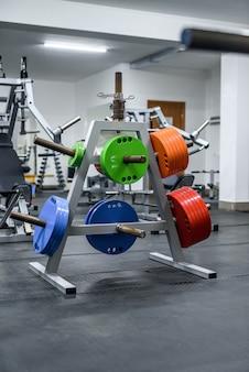 Kleurrijke gewichten in de sportschool voor training met barbell