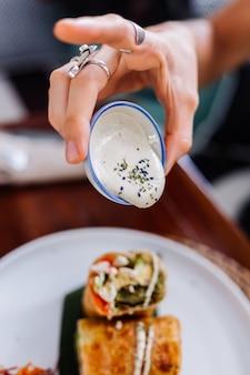 Kleurrijke gezonde veganistische vegetarische maaltijdsalade in het daglicht van de zomercafé
