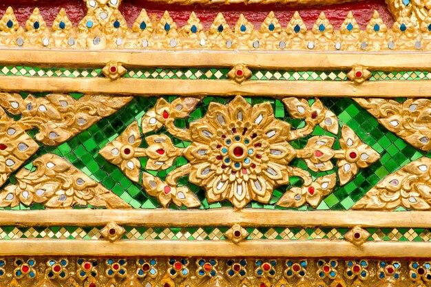 Kleurrijke glasfragmenten die worden gebruikt om te versieren in thaise tempels