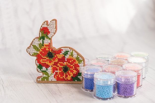 Kleurrijke glaskralen. een verscheidenheid aan vormen en kleuren om een kraal of een kralenketting voor vrouwen te maken