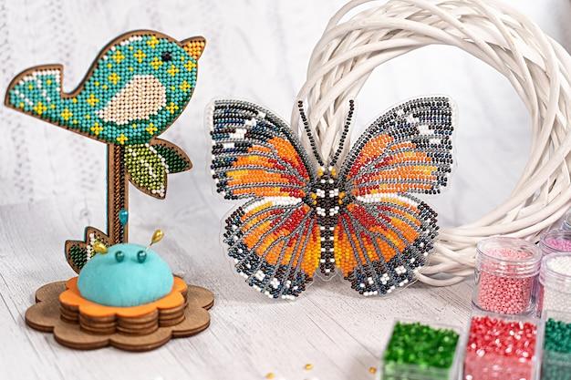 Kleurrijke glaskralen. verschillende kleuren om een kraal of een kralenketting voor vrouwen te maken