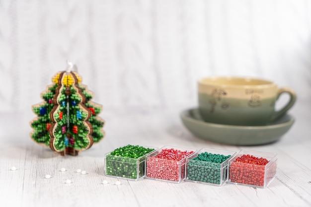 Kleurrijke glazen kralen met kerstboom. een verscheidenheid aan vormen en kleuren om een kraal of een kralenketting voor vrouwen te maken