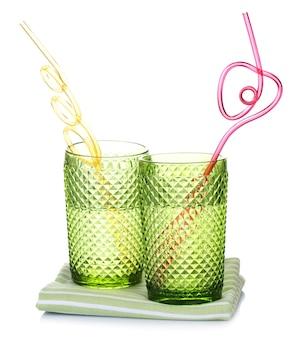 Kleurrijke glazen met cocktailstro geïsoleerd op een witte ondergrond