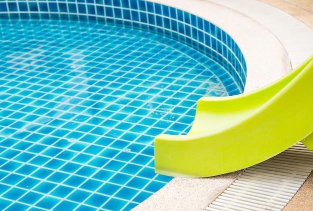 Kleurrijke glijbanen in het kinderzwembad
