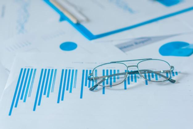 Kleurrijke grafieken, grafieken, marketingonderzoek en zakelijke jaarverslagachtergrond, managementproject, budgetplanning, financiële en educatieve concepten