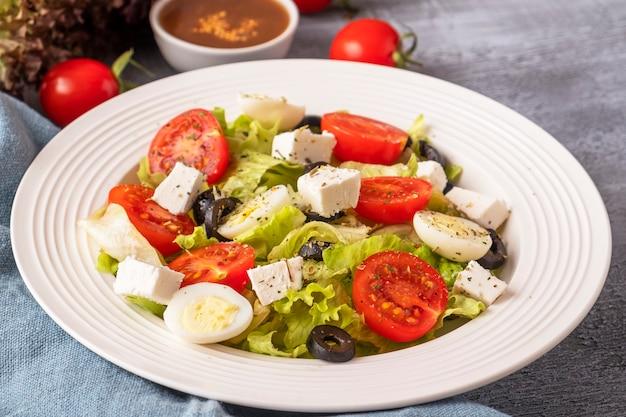 Kleurrijke groenten met kwarteleitjes en kaas op een plaat. gezond voedselconcept. levensstijl