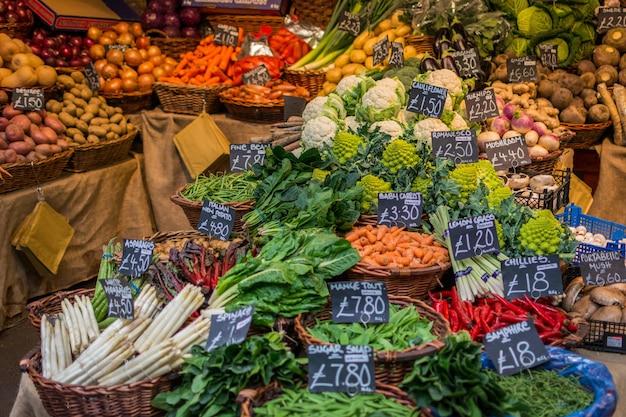 Kleurrijke groenten op de markt