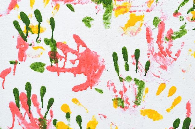 Kleurrijke handafdruk op de muur