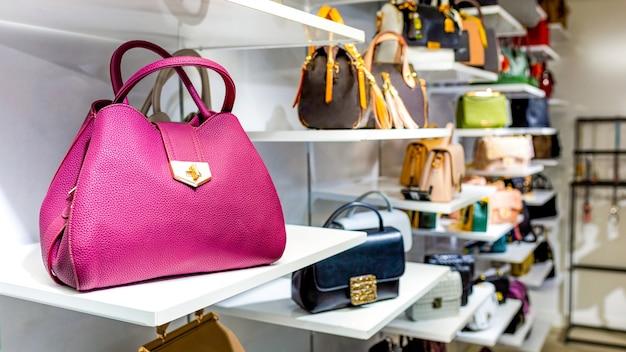 Kleurrijke handtassen in een luxe modewinkel