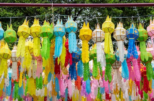 Kleurrijke hangende lantaarns die in loy krathong festival aansteken in noordelijk van thailand