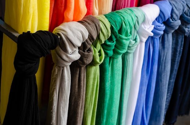 Kleurrijke hangende sjaals of sjaals op de straatmarkt.