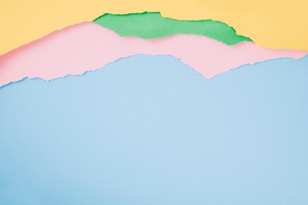 Kleurrijke haveloze vellen papier