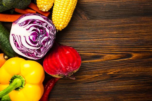 Kleurrijke heerlijke groentenregeling met exemplaarruimte