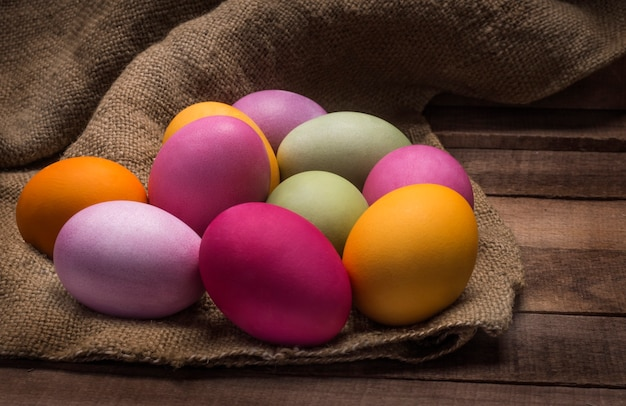 Kleurrijke heldere paaseieren op houten tafel.