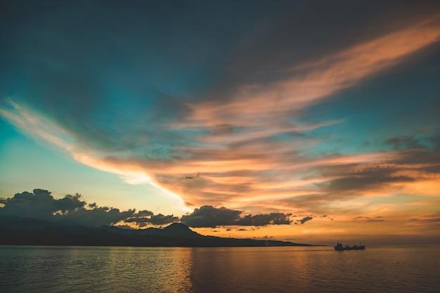 Kleurrijke heldere zonsonderganghemel over de komodo-eilandkust, het schilderachtige landschap van indonesië, de wolken