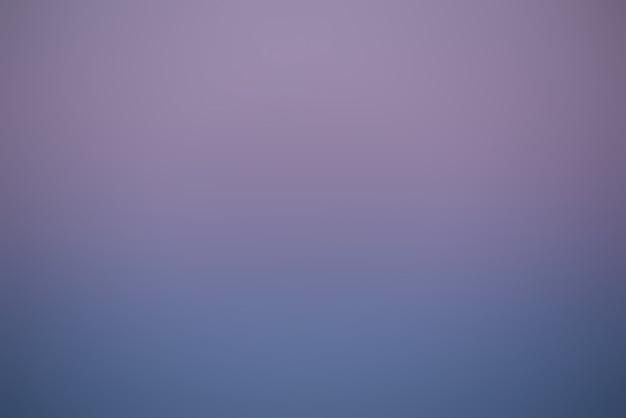 Kleurrijke hemel na de zonsondergang. natuurlijke hemelachtergrond. paarse en blauwe hemelachtergrond.
