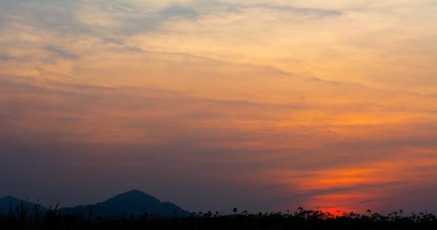 Kleurrijke hemel op de achtergrond van de schemeringtijd