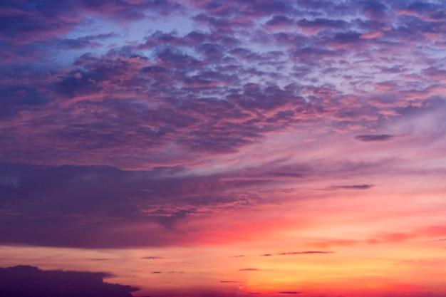 Kleurrijke hemelachtergrond; gouden hemel met cloud in avond