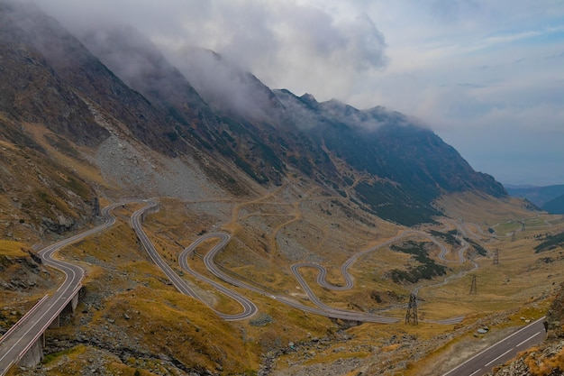 Kleurrijke herfst berg transfgran weg in roemenië