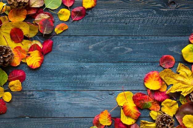 Kleurrijke herfstbladeren, over een houten achtergrond