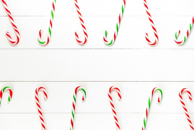 Kleurrijke het suikergoedrietsnoepjes van kerstmis op witte houten backgground