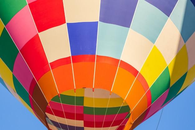 Kleurrijke hete luchtballon in de lucht