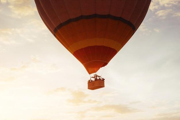 Kleurrijke hete luchtballon vroeg in de ochtend in cappadocia, tur