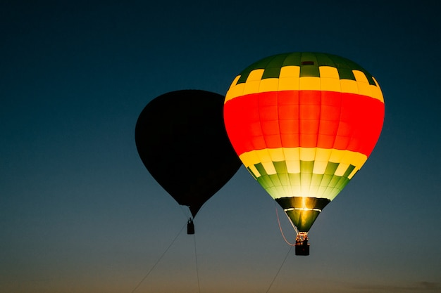 Kleurrijke hete luchtballonnen die in de nachthemel drijven