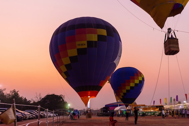 Kleurrijke hete luchtballons die boven de grond vliegen