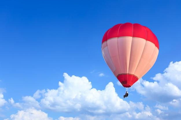 Kleurrijke heteluchtballonnen tijdens de vlucht boven de blauwe lucht