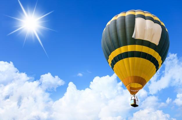 Kleurrijke heteluchtballonnen tijdens de vlucht over blauwe hemel. zachte focus