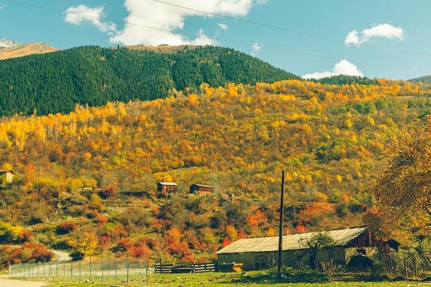 Kleurrijke heuvel met kleine dorpje op het platteland.