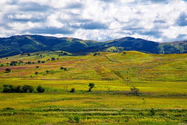 Kleurrijke heuvelsmening en bewolkte hemel