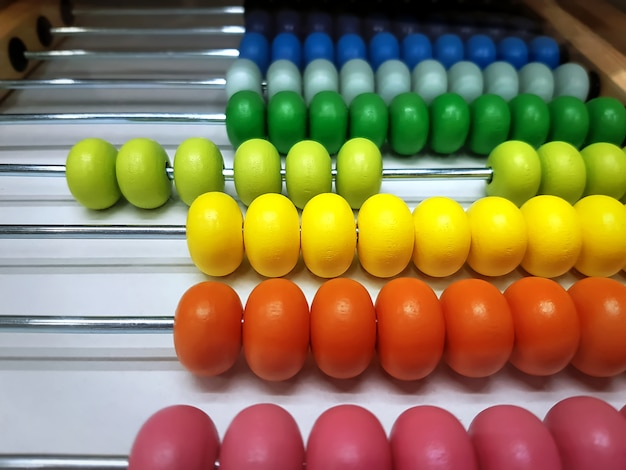 Kleurrijke houten abacusparels met selectieve aandacht